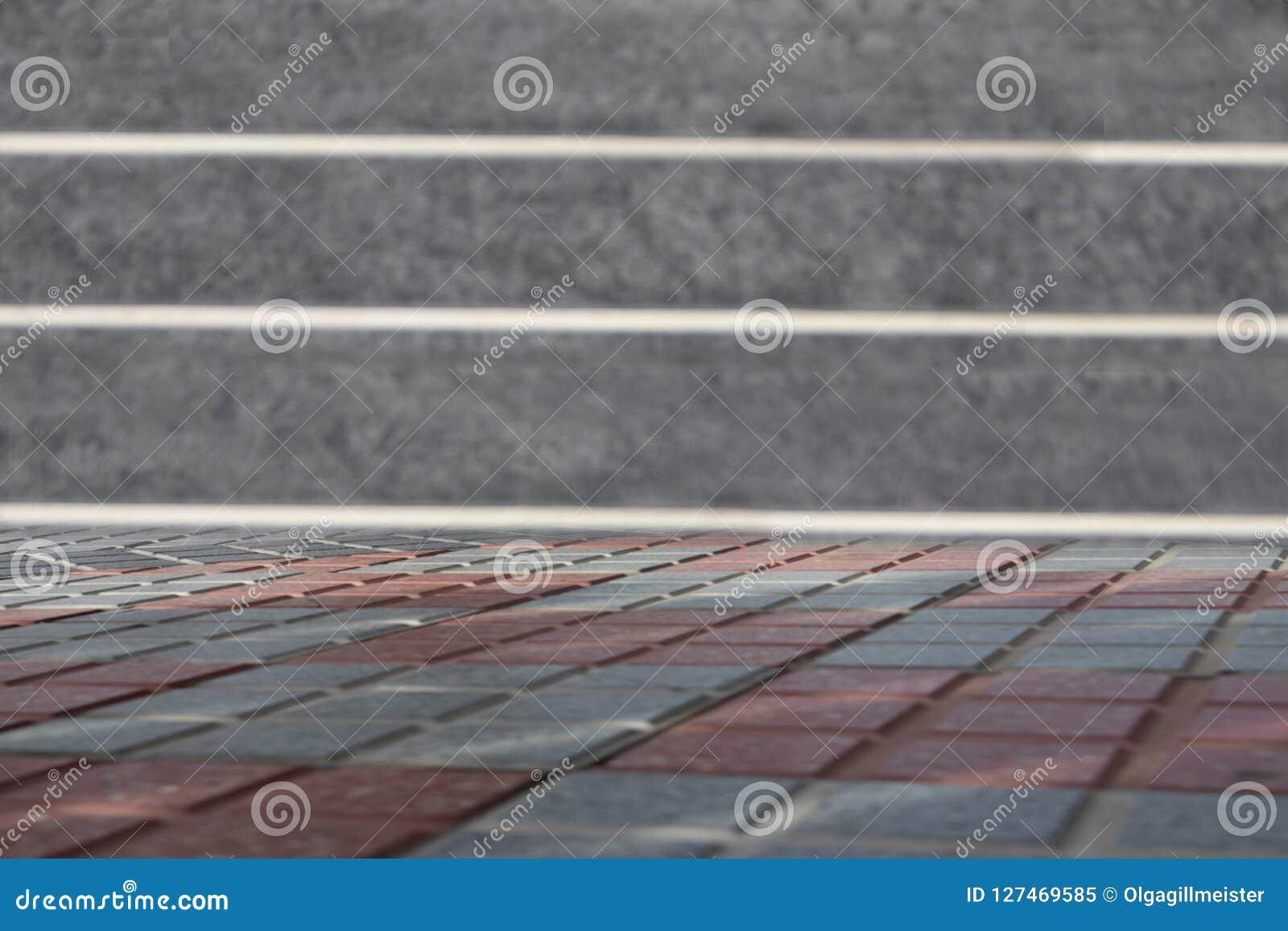 Leere Tabelle vor unscharfer granit Wand Schablone für Ihr p
