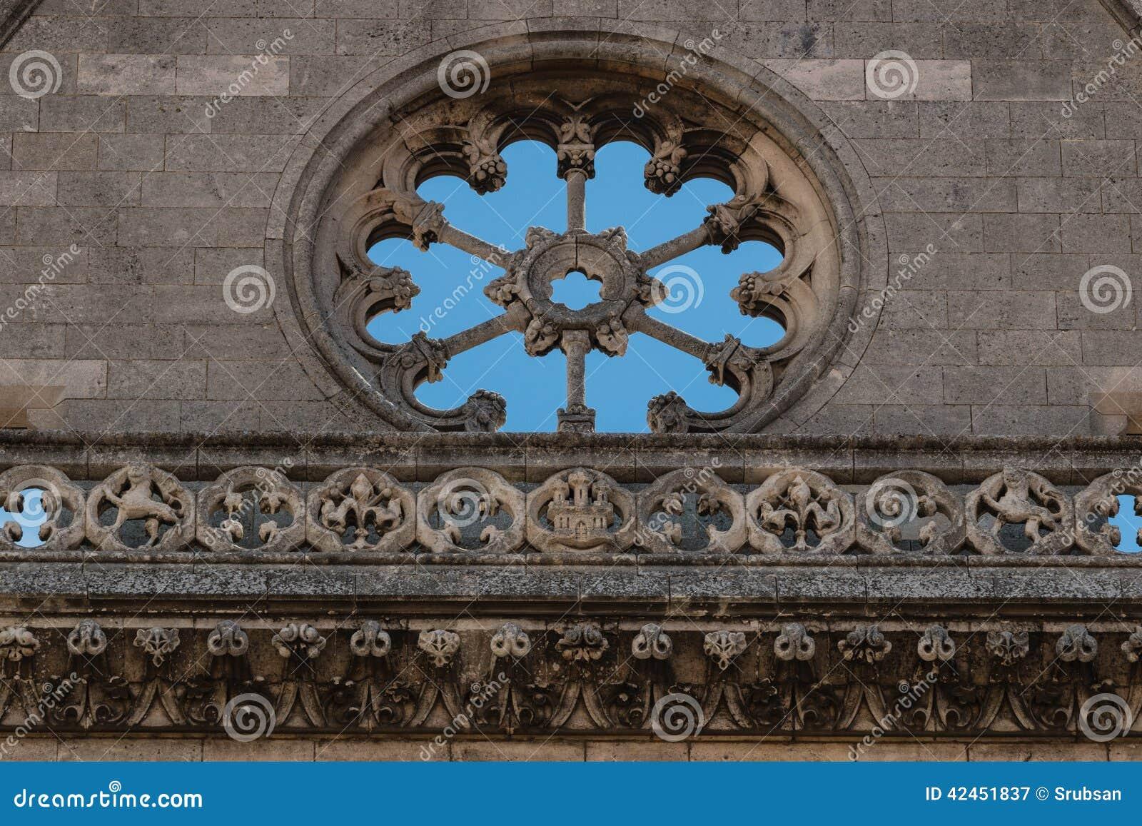 Leeren Sie Detail des rosafarbenen Fensters in der Hauptfassade des Leon-Cathedra
