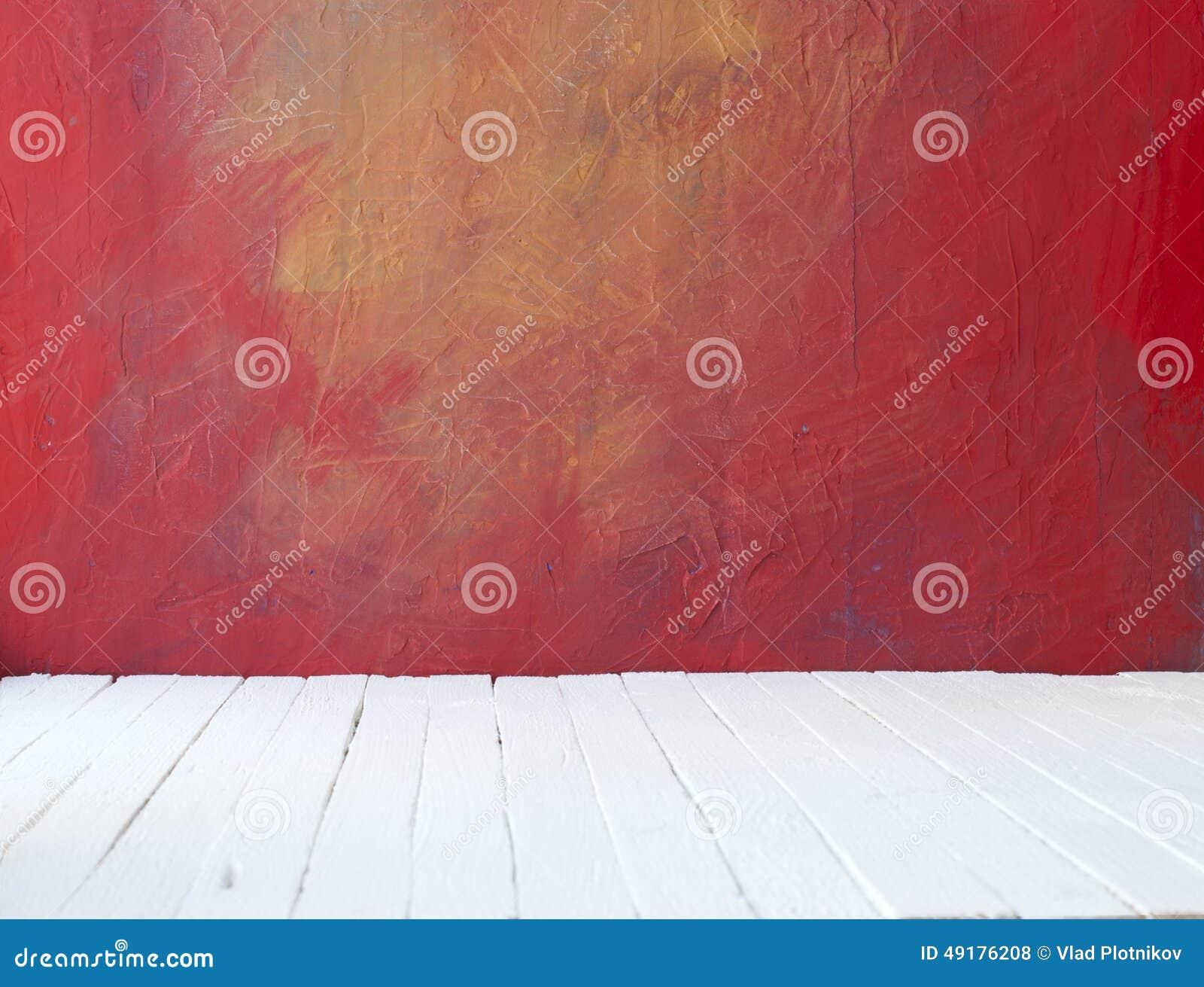 Leeren Sie einen Farbeinnenraum des Weinleseraumes ohne Decke von der Farbenschmutz-Zementwand und vom alten Holzfußboden