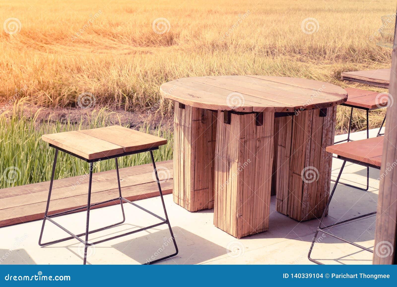 Leerer Holztischstuhl in den Gewännern Freiheit büro überall Lebensstilkonzept-Ideenhintergrund