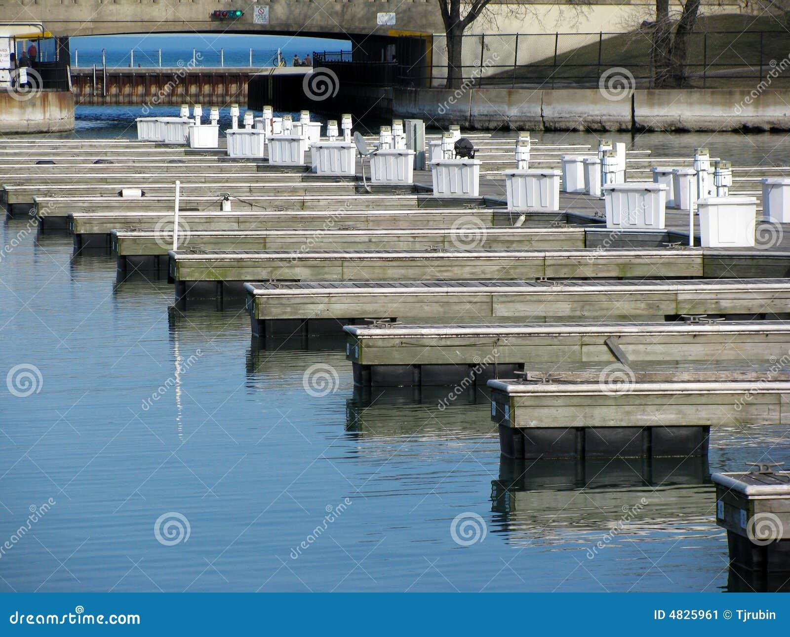 Leerer Jachthafen