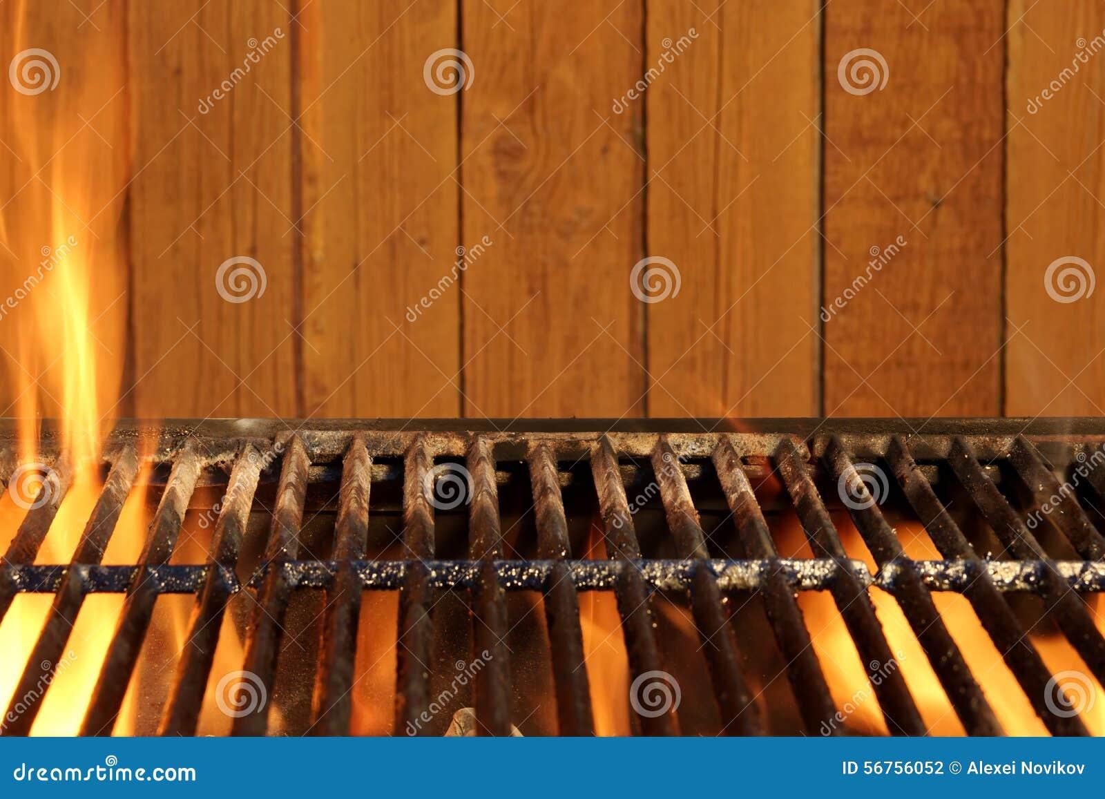 leerer lodernder grill bbq und holz-wand im hintergrund stockfoto