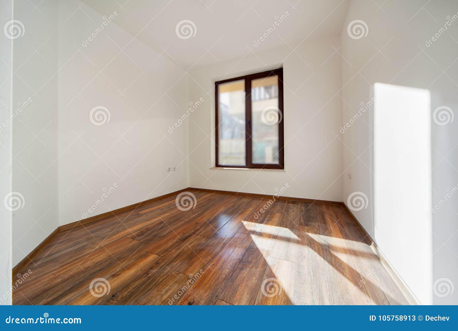 Moderner Fußboden ~ Leerer raum mit natürlichem licht von den fenstern moderner