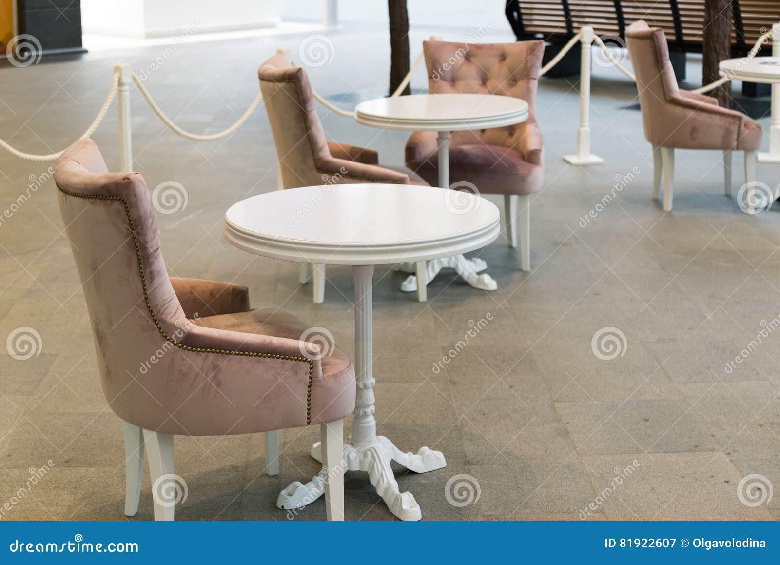 Leerer Rundtisch Und Stühle Im Café Stockbild - Bild von kaffee ...