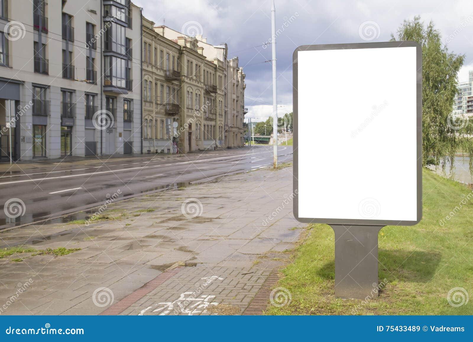 Leerer Spott oben der vertikalen Straßenplakatanschlagtafel mit Kopienraum für Text oder Bild Straßenstadt nachts