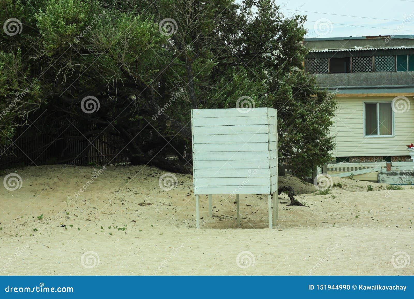 Leerer Strand Altmodische weiße Scheune H?lzerne Umkleidekabine Sandy-Strand und tropischer Garten Fechten f?r das Kleiden