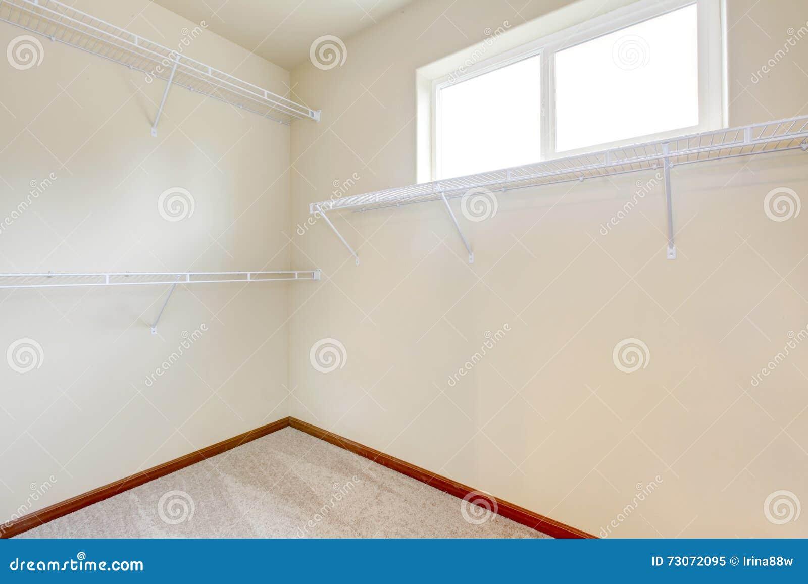 Leerer Weisser Begehbarer Schrank Mit Beige Teppich Stockbild Bild