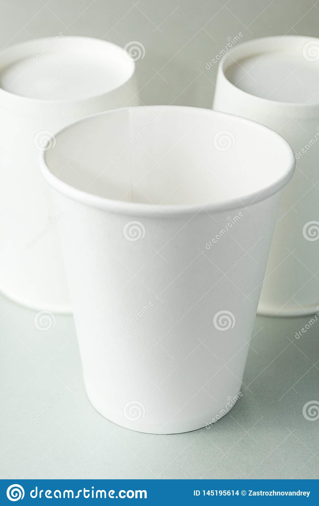 Leerer weißer Tasse Kaffee, Tee oder Saft auf lokalisiertem grauem Hintergrund, Modell