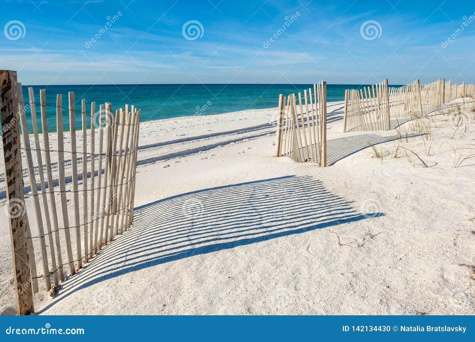 Leerer weißer sandiger Strand