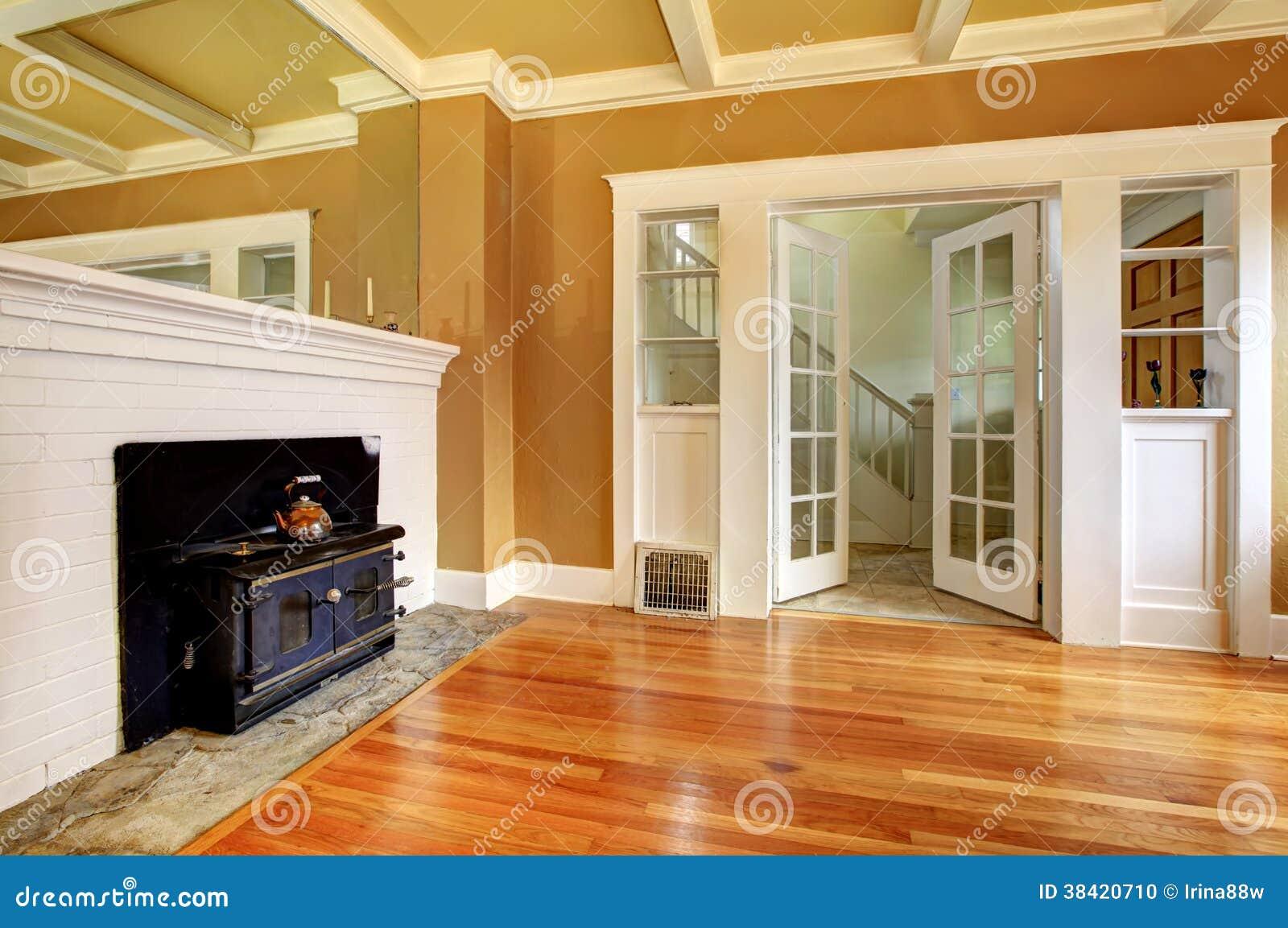 leeres altes wohnzimmer mit einem antiken ofen stockfoto