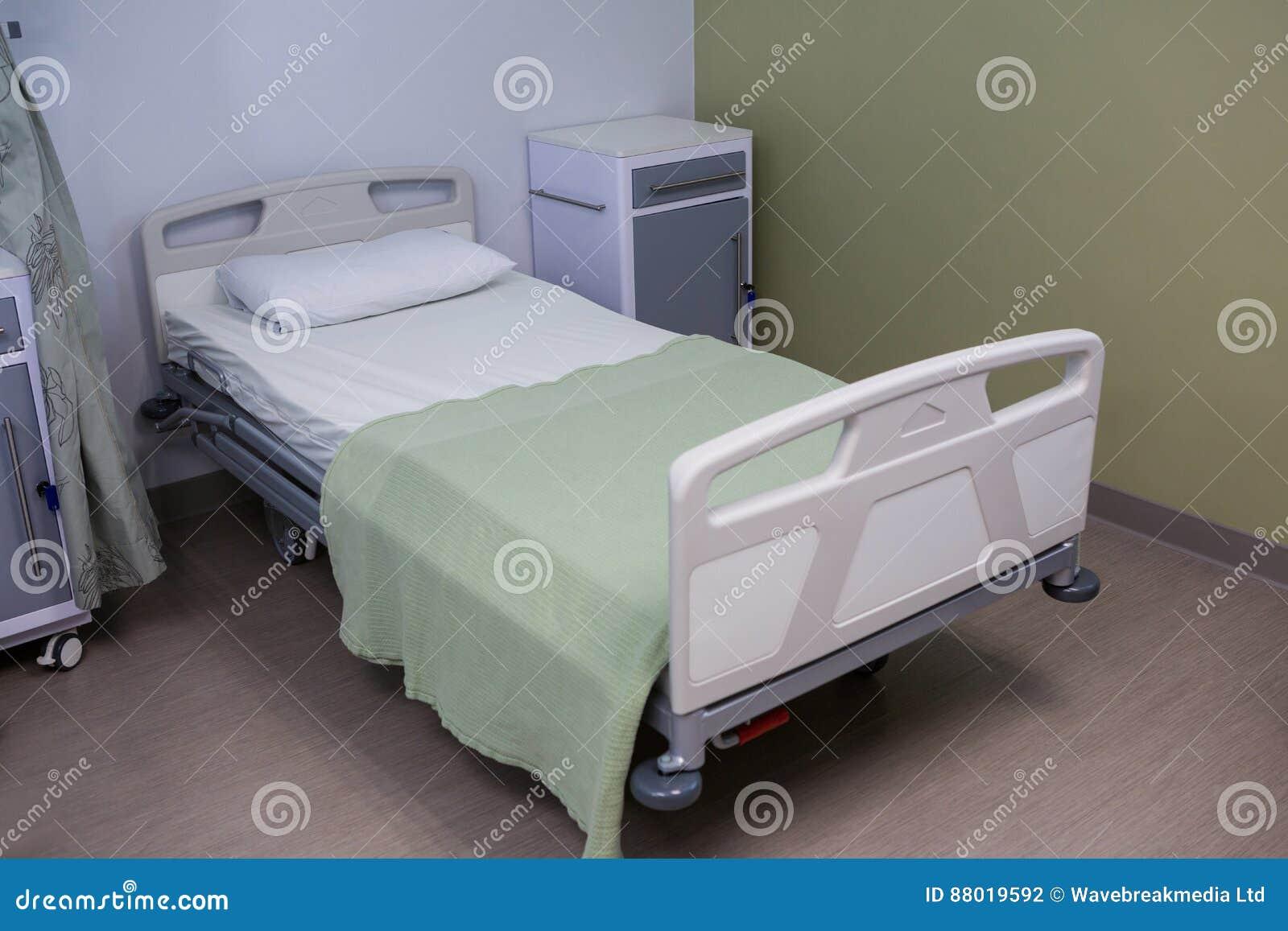Leeres Bett Im Bezirk Am Krankenhaus Stockfoto Bild Von Möbel