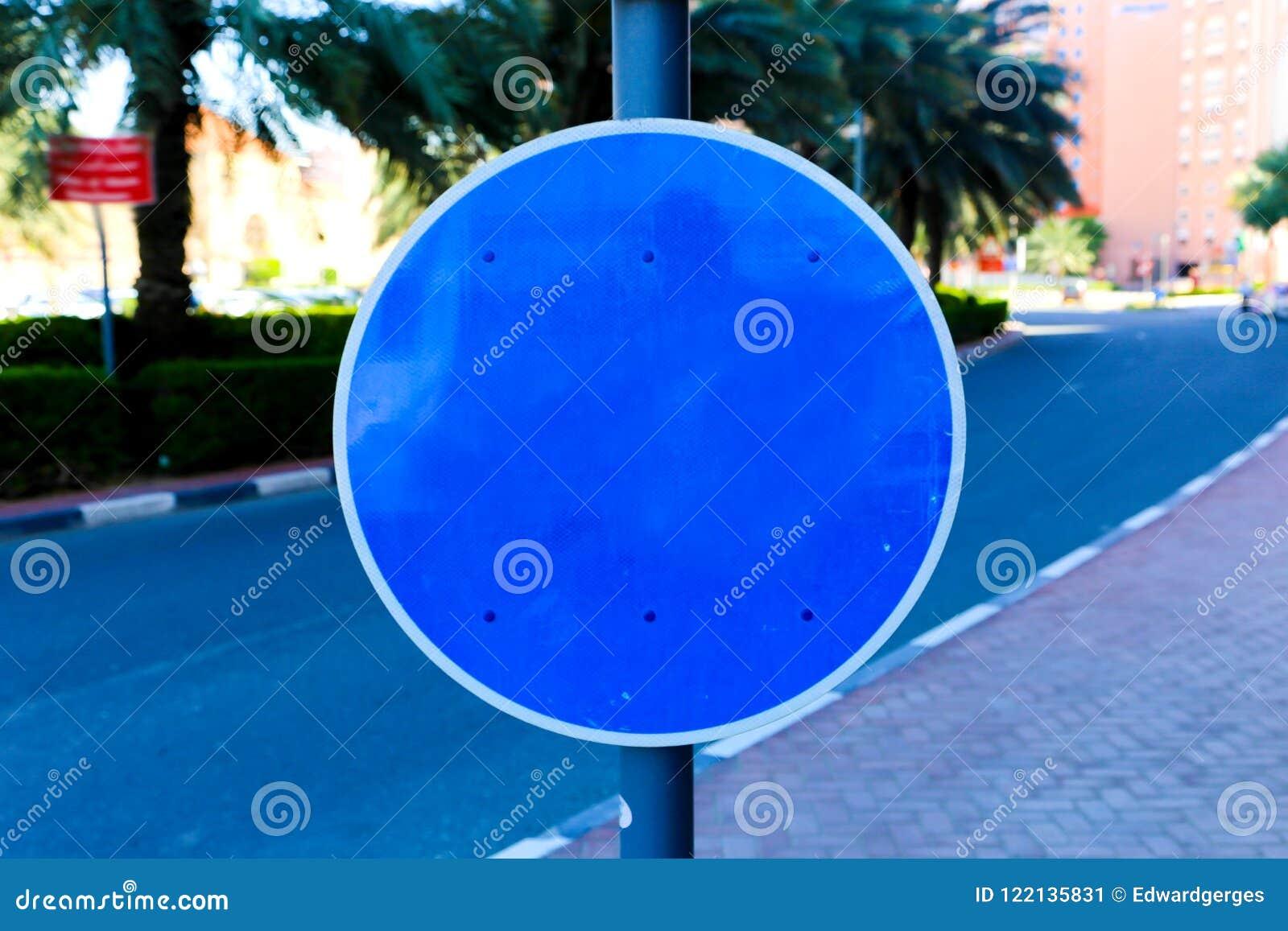 Leeres blaues Zeichen der Straße