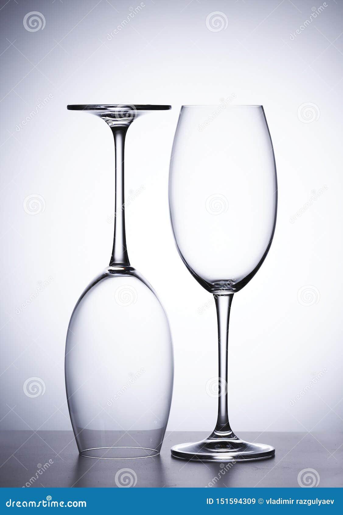 Leeres Glas Rotwein, zwei Stücke Irgendjemandes umgedrehtes