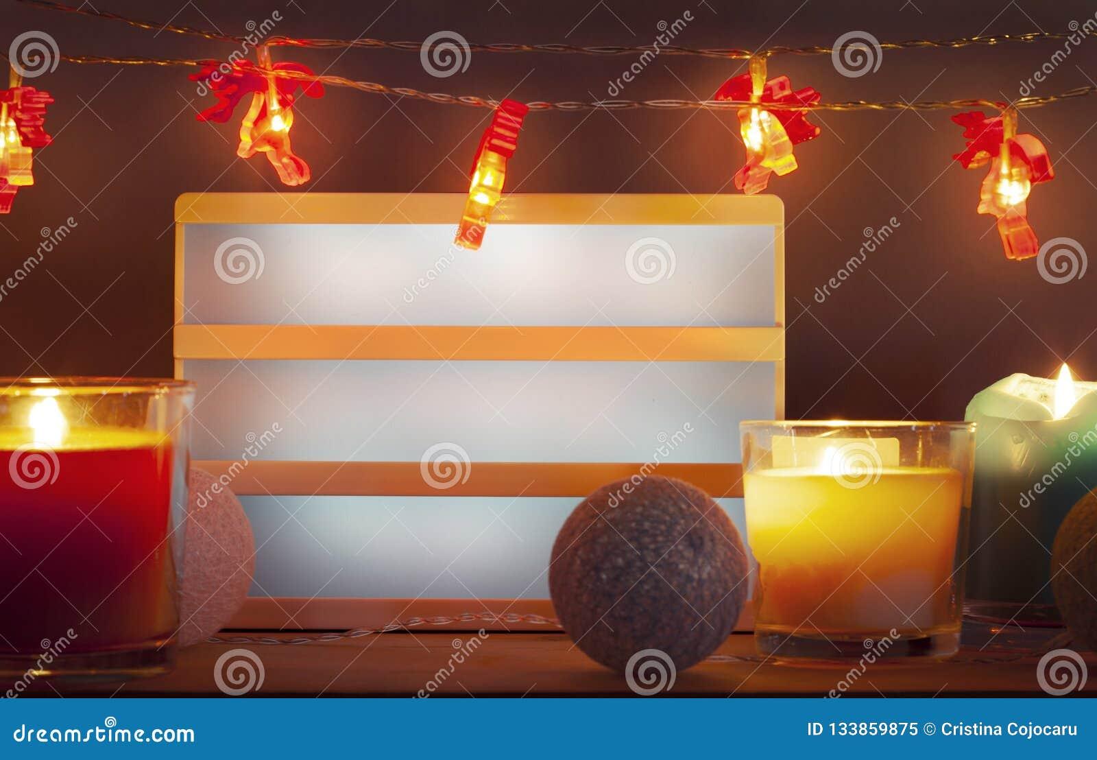 Leeres lighbox und Weihnachtsdekorationen mit Kerzen