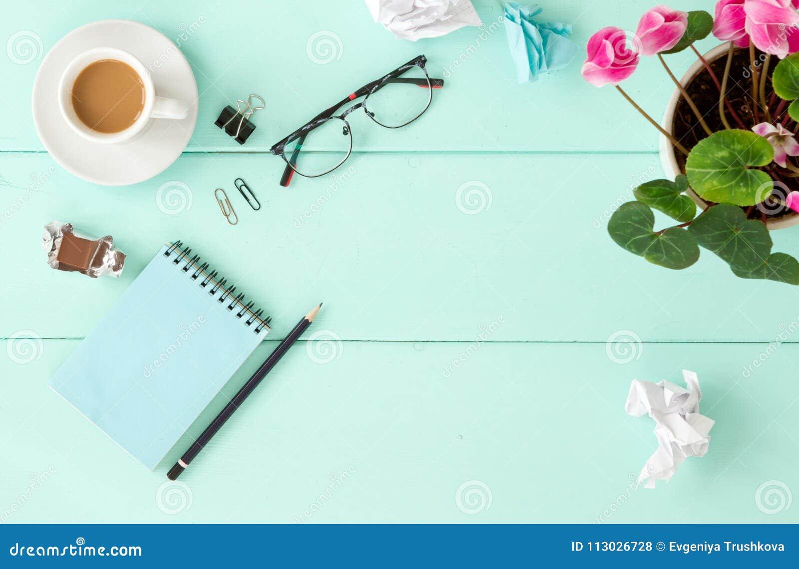 Leeres Notizbuch mit Blume, Draufsicht