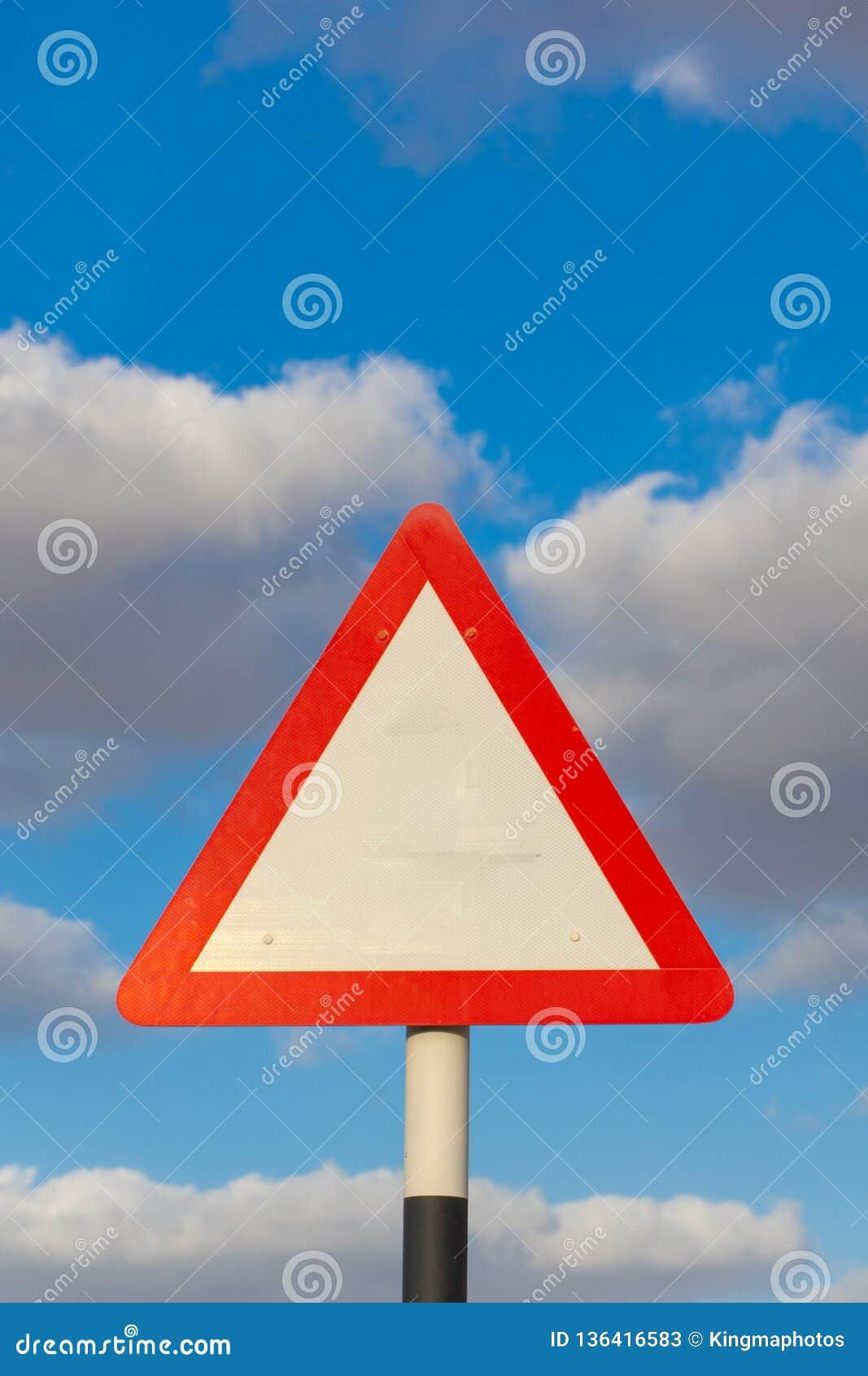 Leeres Straßenschild mit blauem Himmel und Wolken im Hintergrund