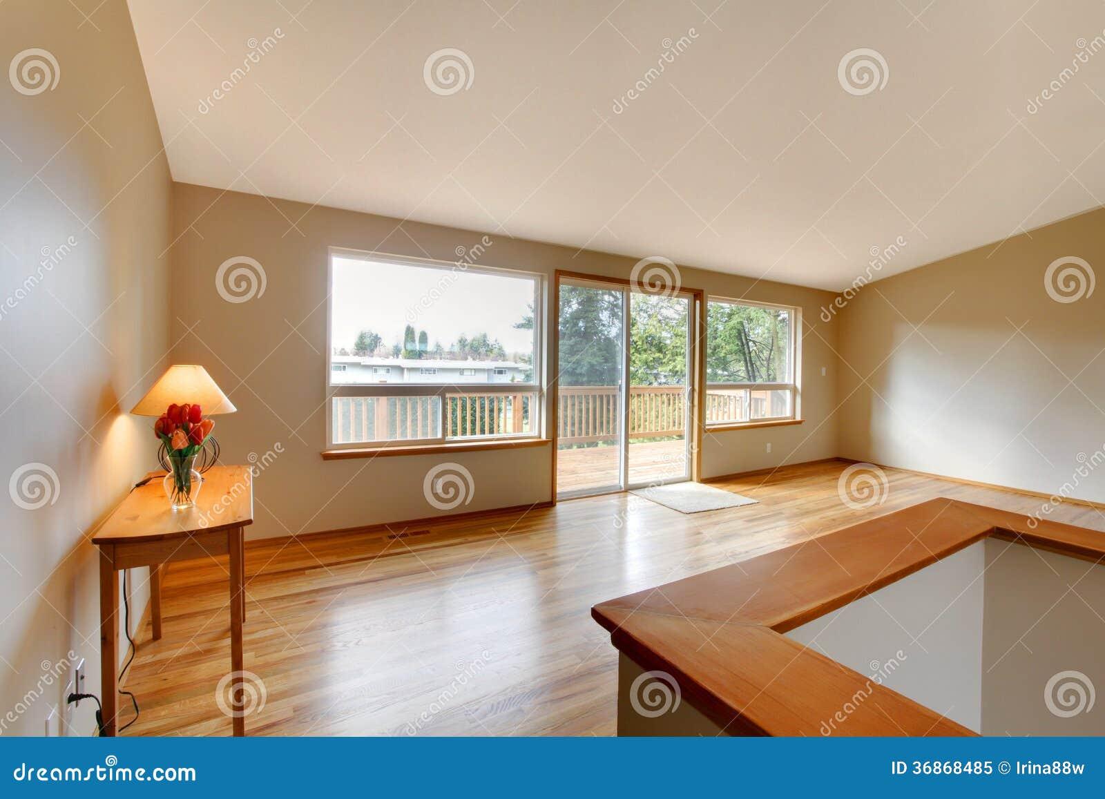 Leeres Wohnzimmer Mit Einer Glasschiebetür Lizenzfreies