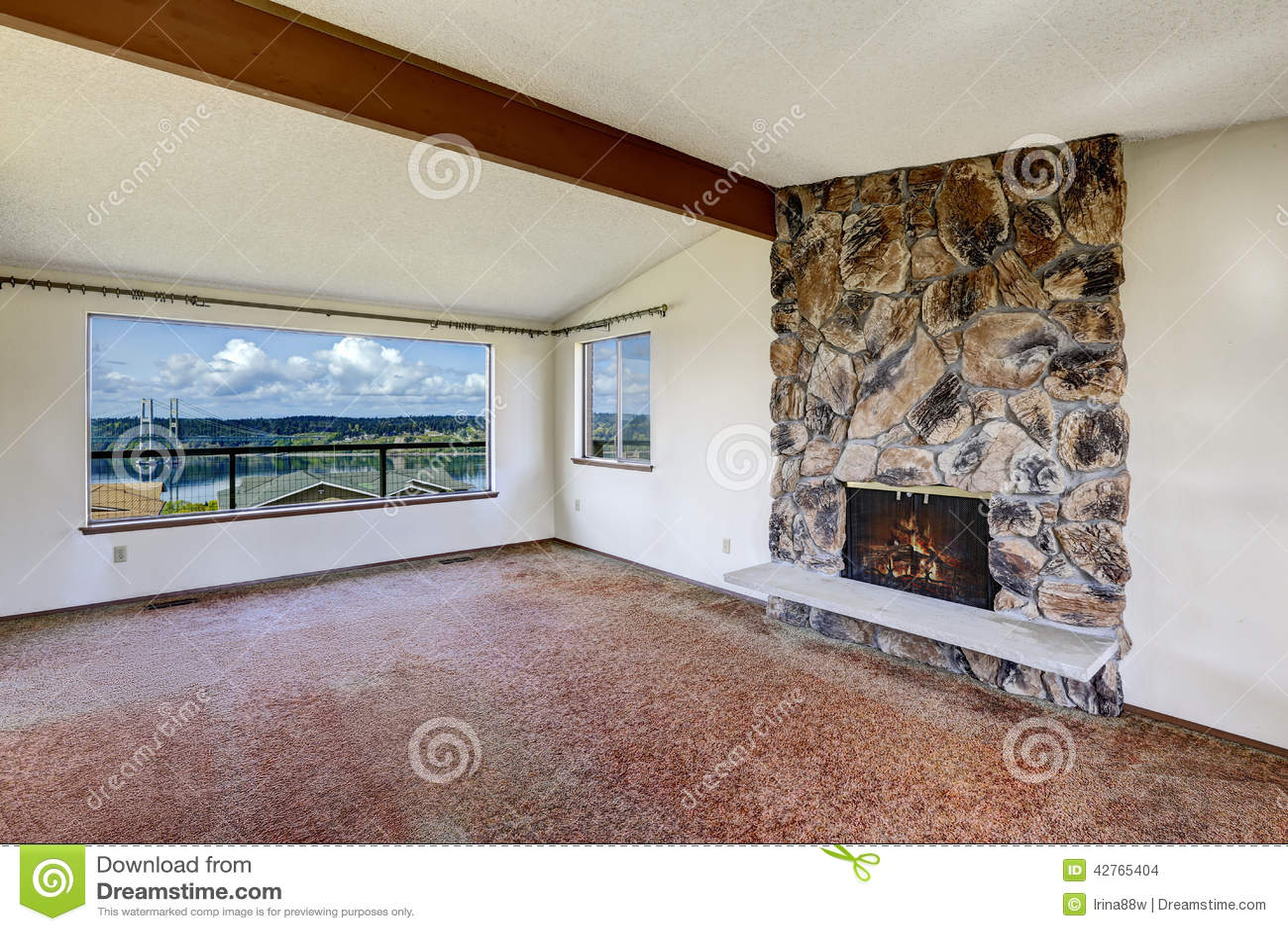 Leeres Wohnzimmer Mit Felsigem Kamin Und Schöner Ansicht Des Konzerts Stockfoto - Bild: 42765404