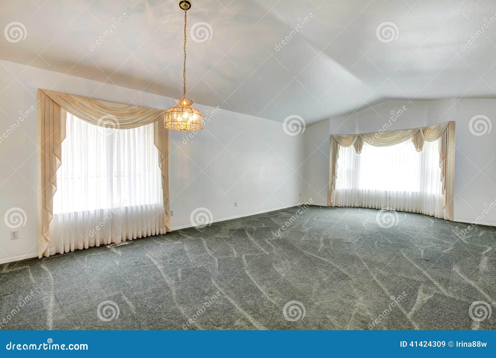 Leeres Wohnzimmer Mit Gewlbter Decke Und Grnem Teppichboden