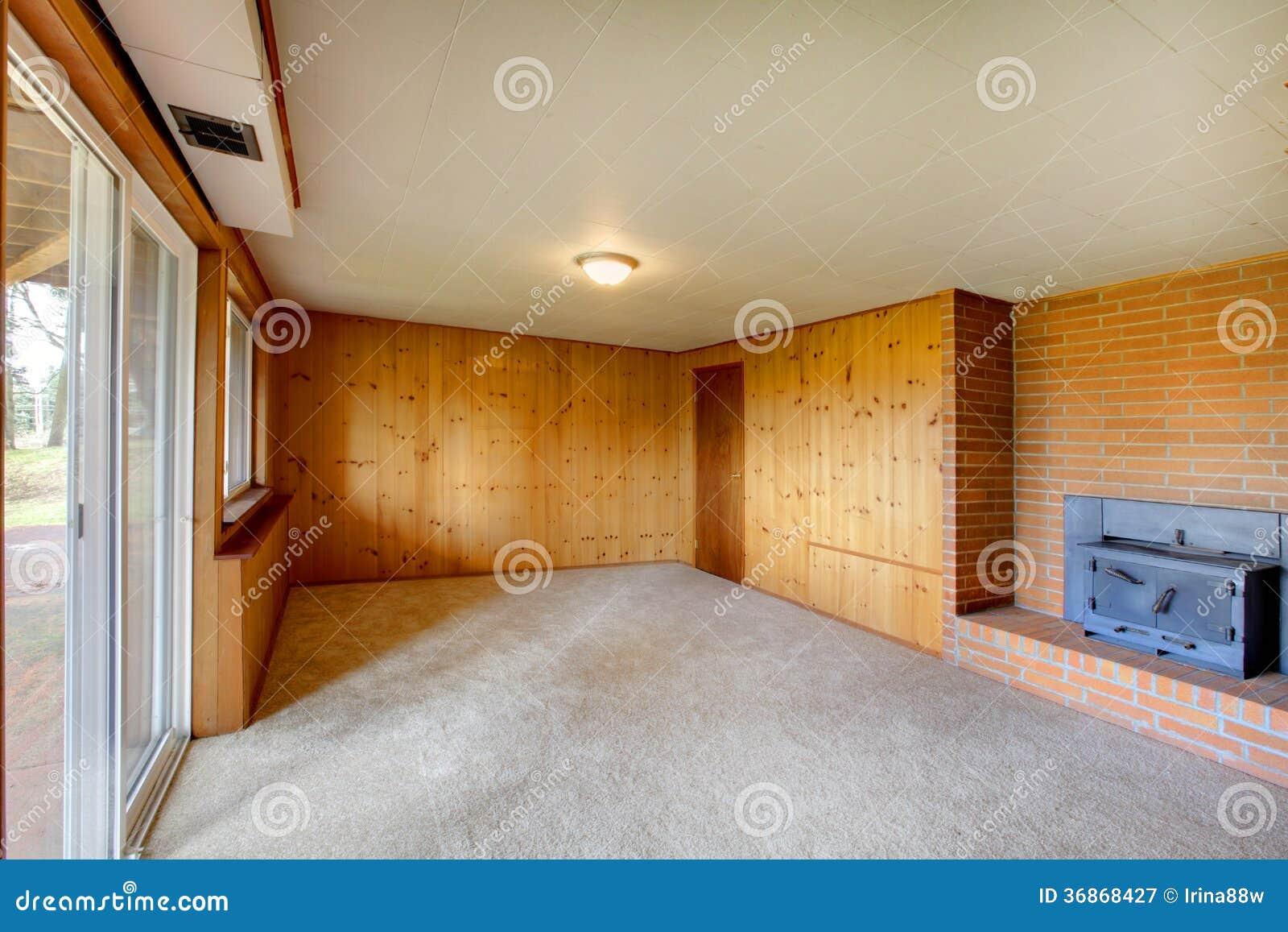 Leeres Wohnzimmer Mit Täfelungswand  Und Roheisenkamin