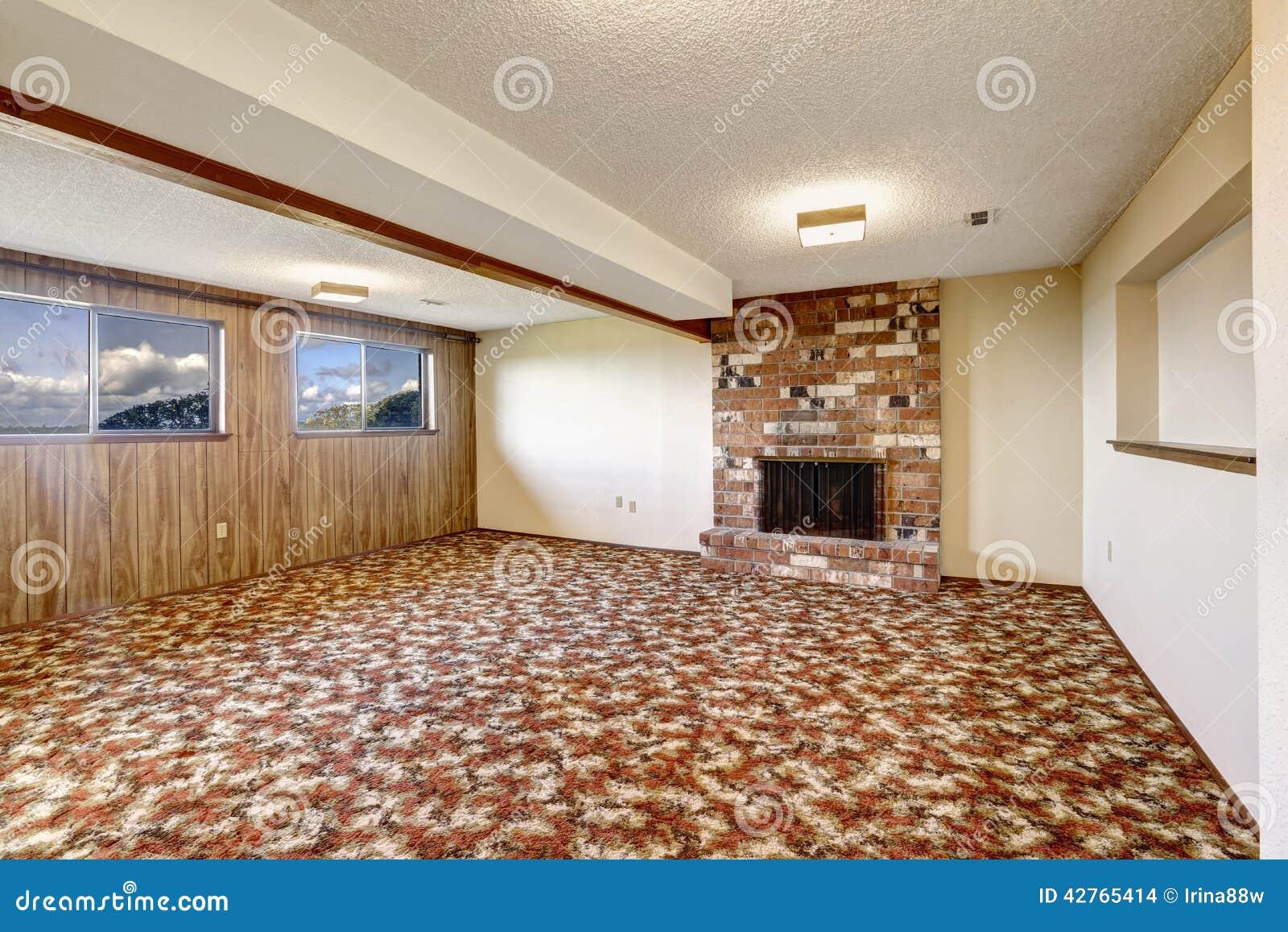 leeres wohnzimmer mit ziegelsteinkamin und buntem teppichboden stockfoto bild von hintergrund. Black Bedroom Furniture Sets. Home Design Ideas