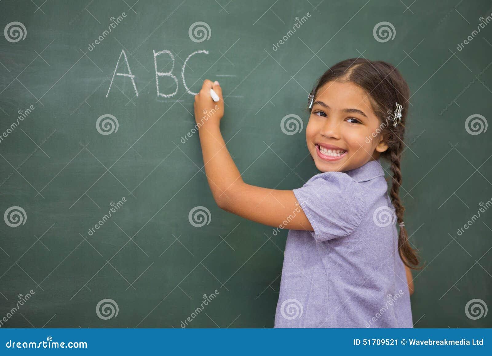 Leerling die op groot bord schrijven