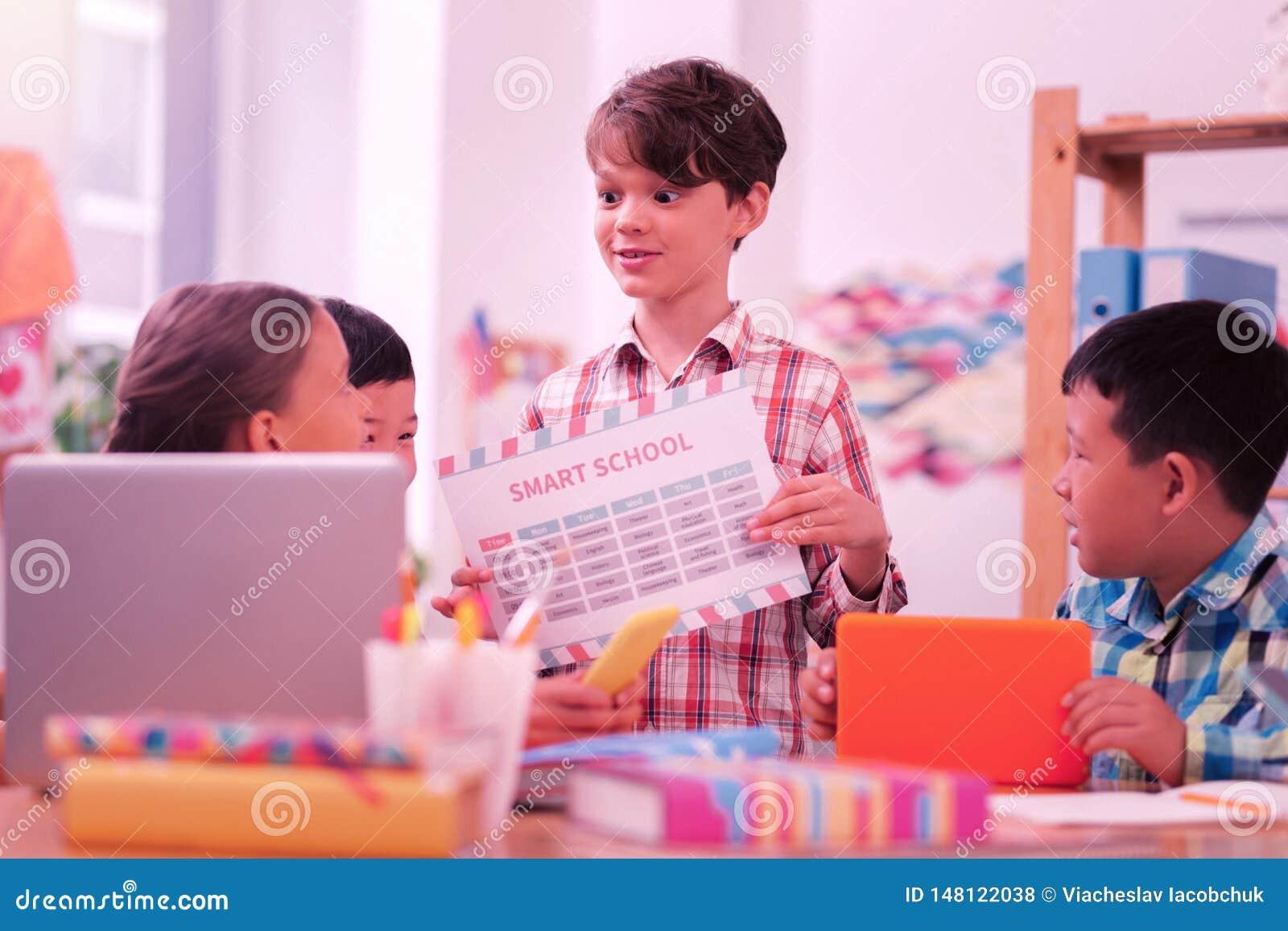 Leerling van een slimme school die zijn tijdschema houden