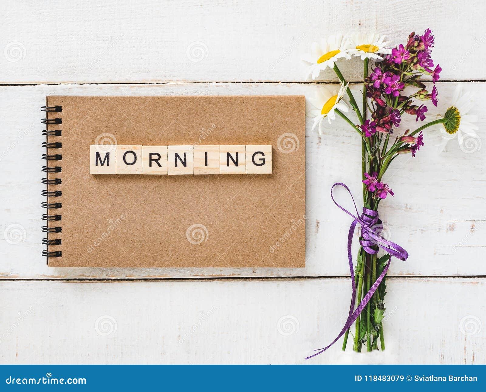 Leerseite eines Notizbuches mit Buchstaben und Wort MORGEN
