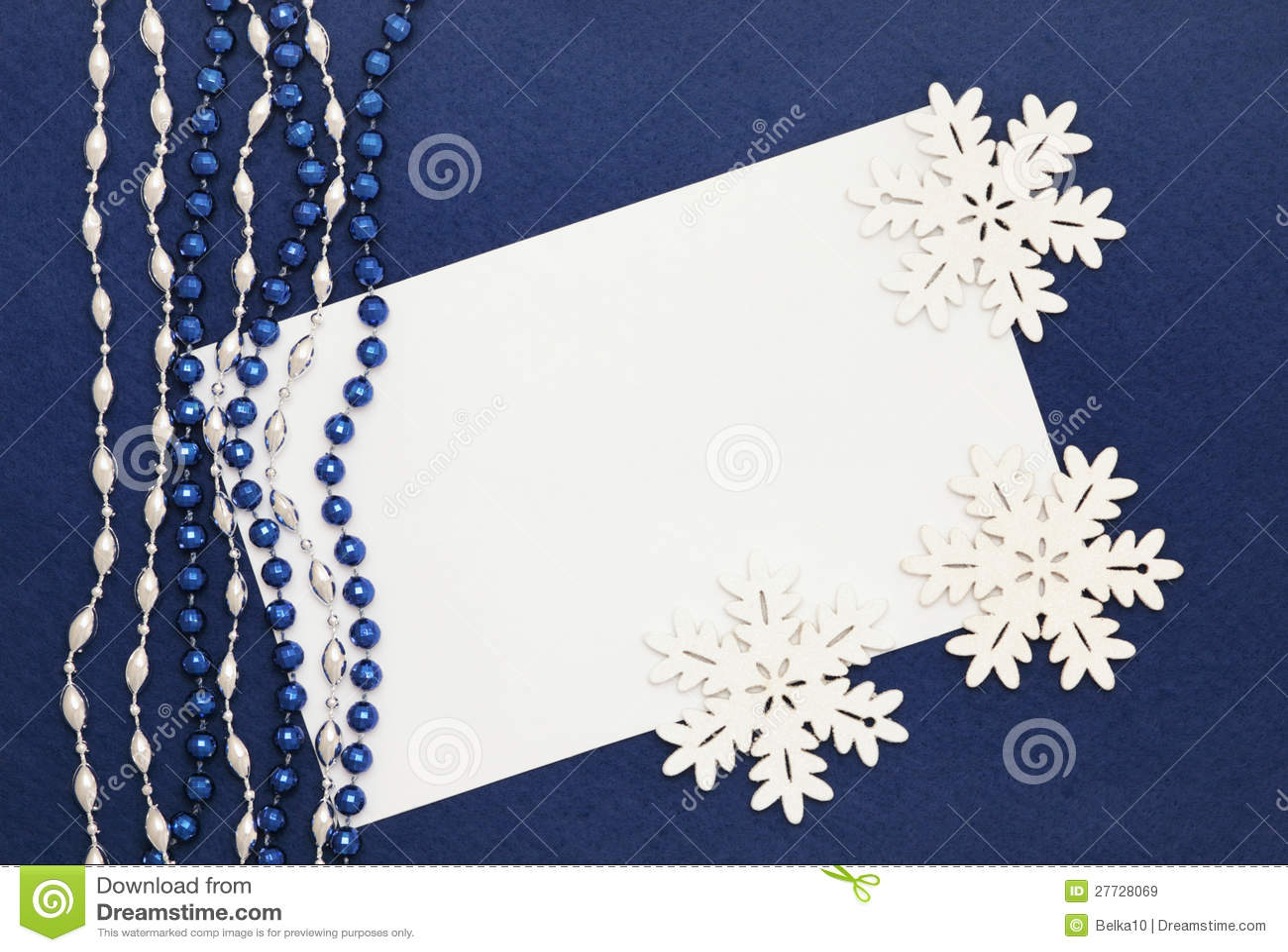 Leerzeichen, Korne und Schneeflocken auf dunkelblauem