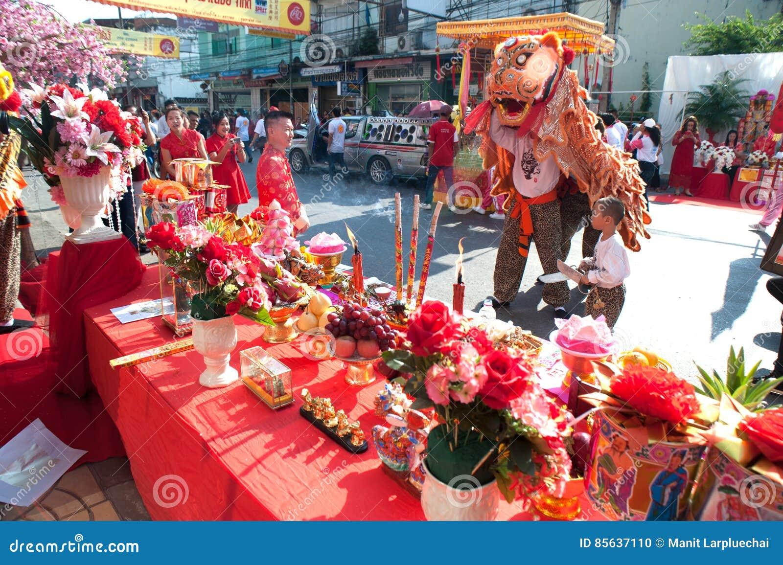 Leeuw dansende uitvoerders tijdens thr viering, van Chinees Nieuwjaar