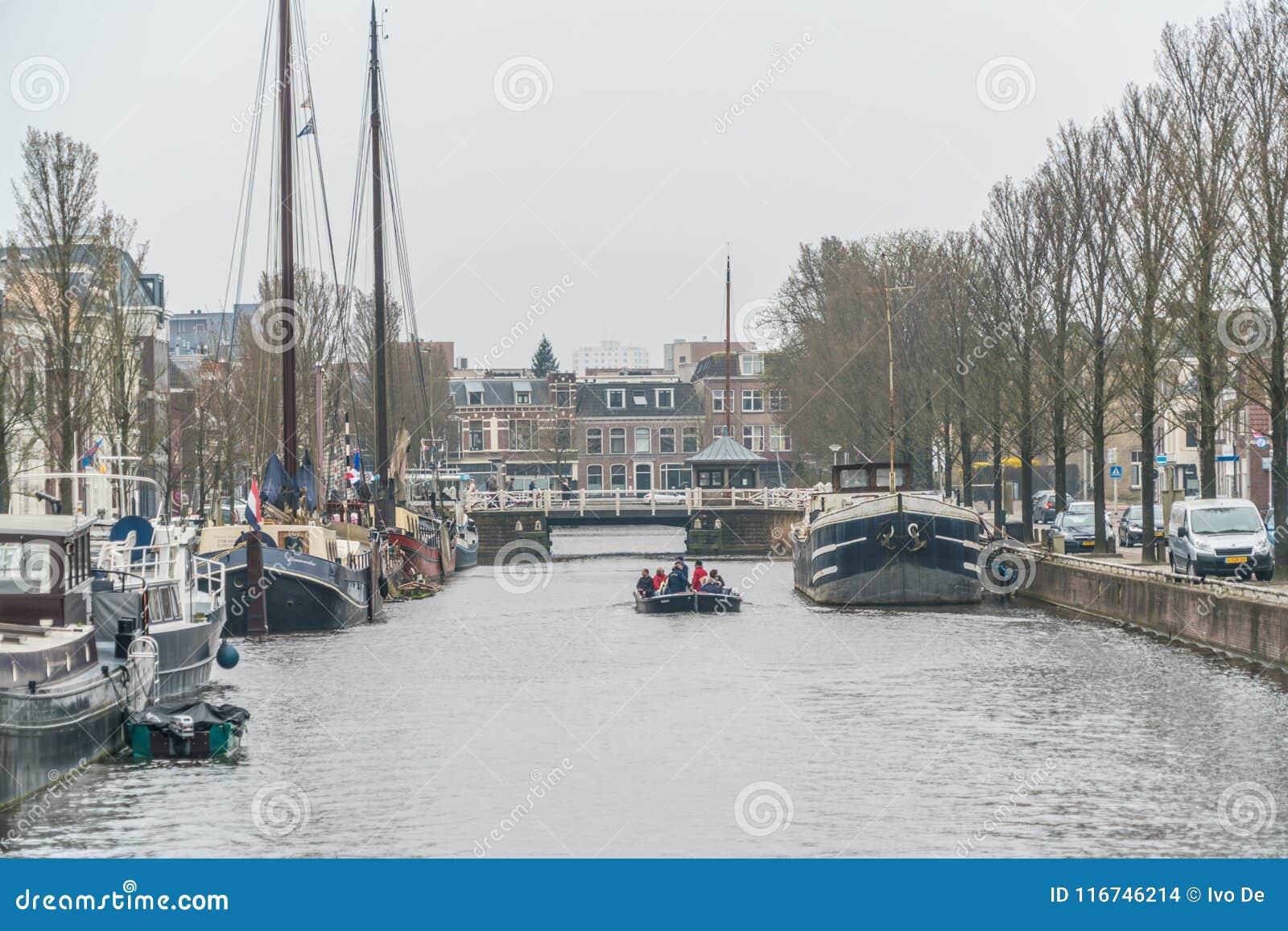 Leeuwarden, os Países Baixos, o 14 de abril de 2018, povos que navegam no th