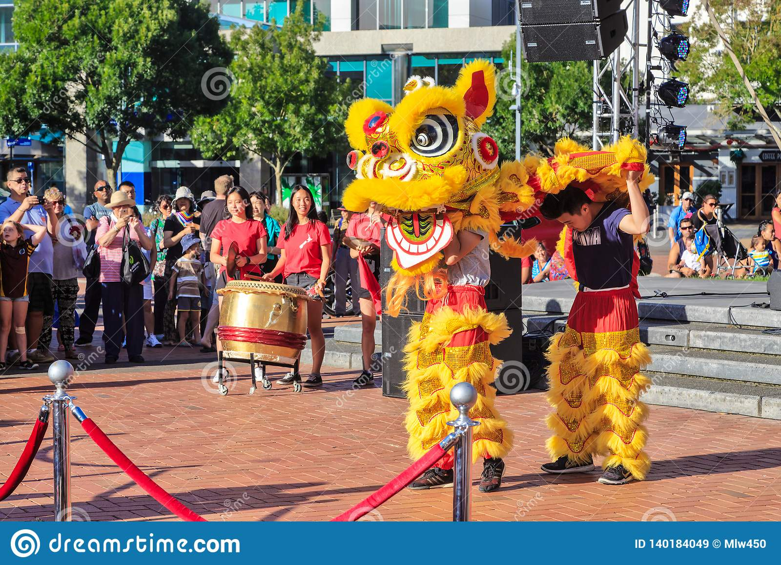 Leeuwdansers die in hun kostuum, Chinees Nieuwjaar krijgen
