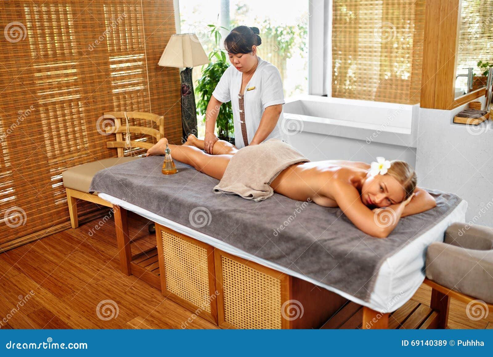 Leg Massage Spa Therapie De voet van de vrouw in het water Masseur die Vrouwelijk Been masseren
