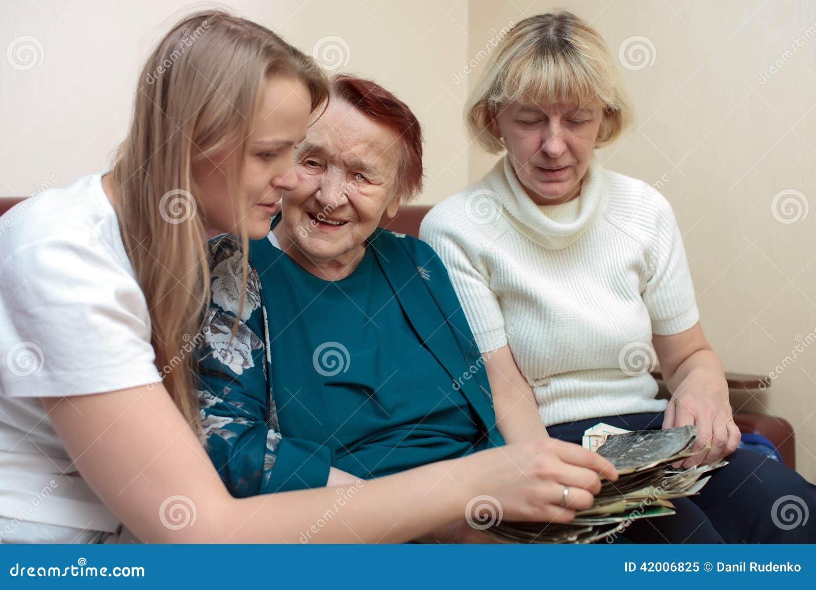 Legame della nonna, della mamma e della figlia