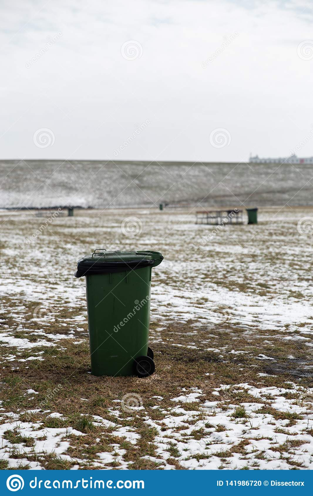 Lege advertentie ruimtevuilnisbak die zich op een picknickgebied bevinden in de Winter