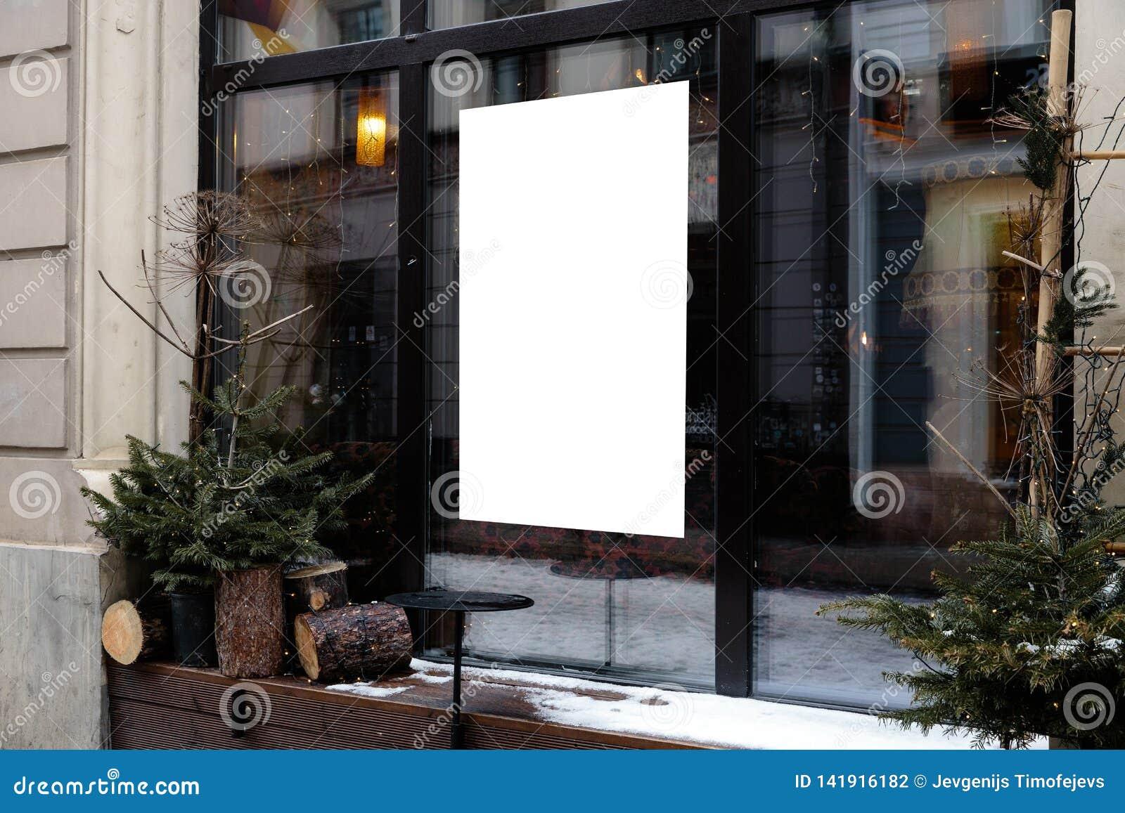 Lege advertentieruimte op een venster van een restaurant van straat buiten