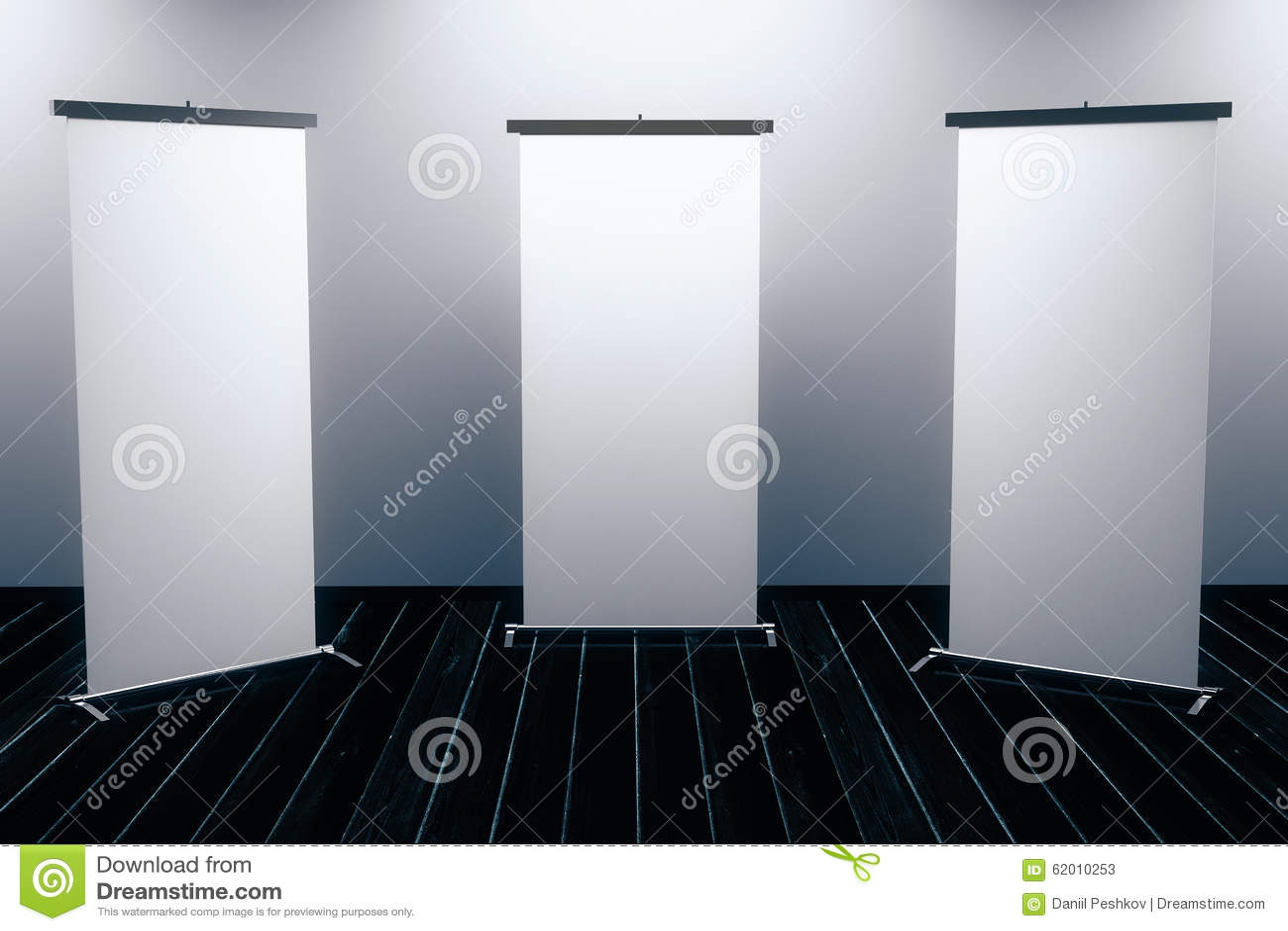 Lege affiches op zwarte houten vloer met backlight stock