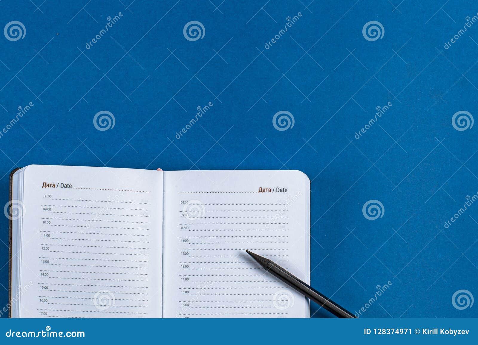 Lege agenda met zwarte pen op oranje beige achtergrond