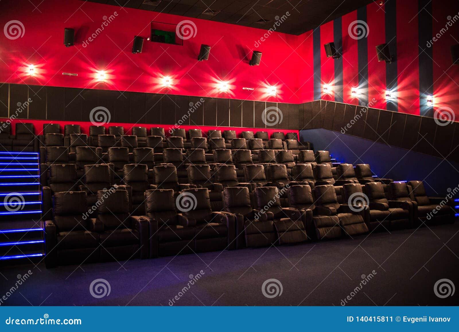 Lege bioskoop, bioskoop met zachte stoelen vóór de première van de film Er zijn geen mensen in de bioskoop Het glijden automatisc