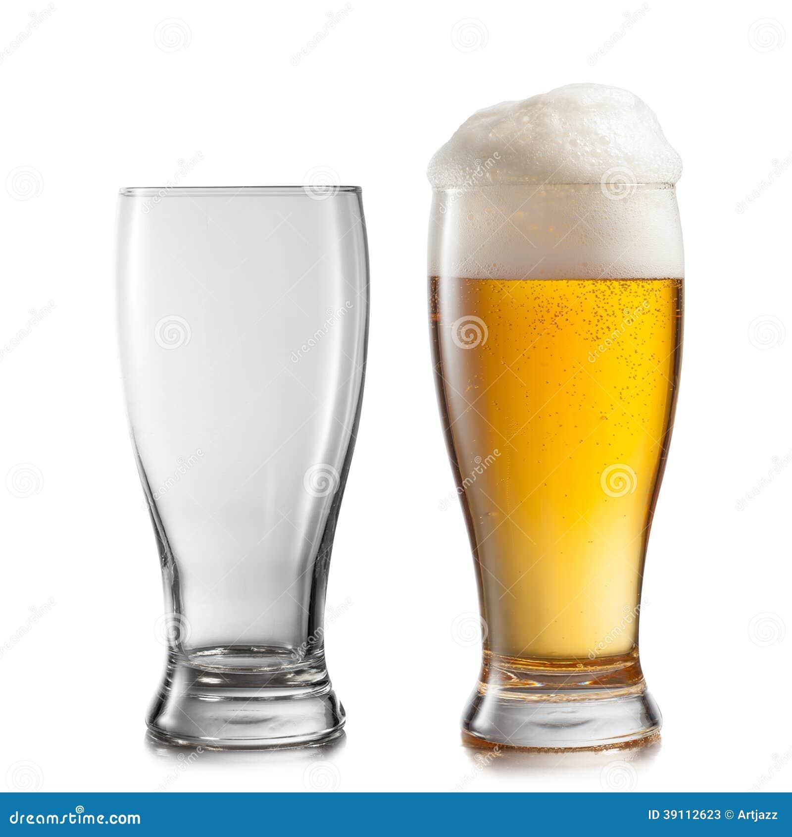 Lege en volledige die glazen bier op wit wordt geïsoleerd
