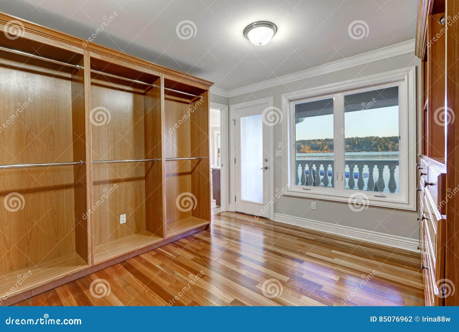 Kast Voor Balkon : Lege gang in kast met hardhoutvloer en deur aan balkon stock foto
