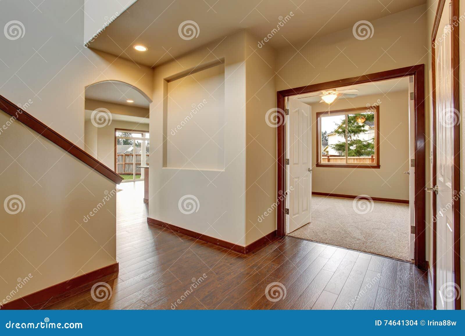 Lege gang met hardhoutvloer witte muren stock foto afbeelding