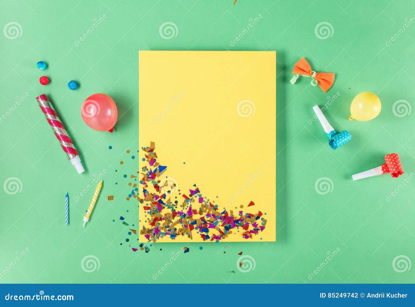 Lege gele kaart met diverse partijconfettien, ballons, noisema