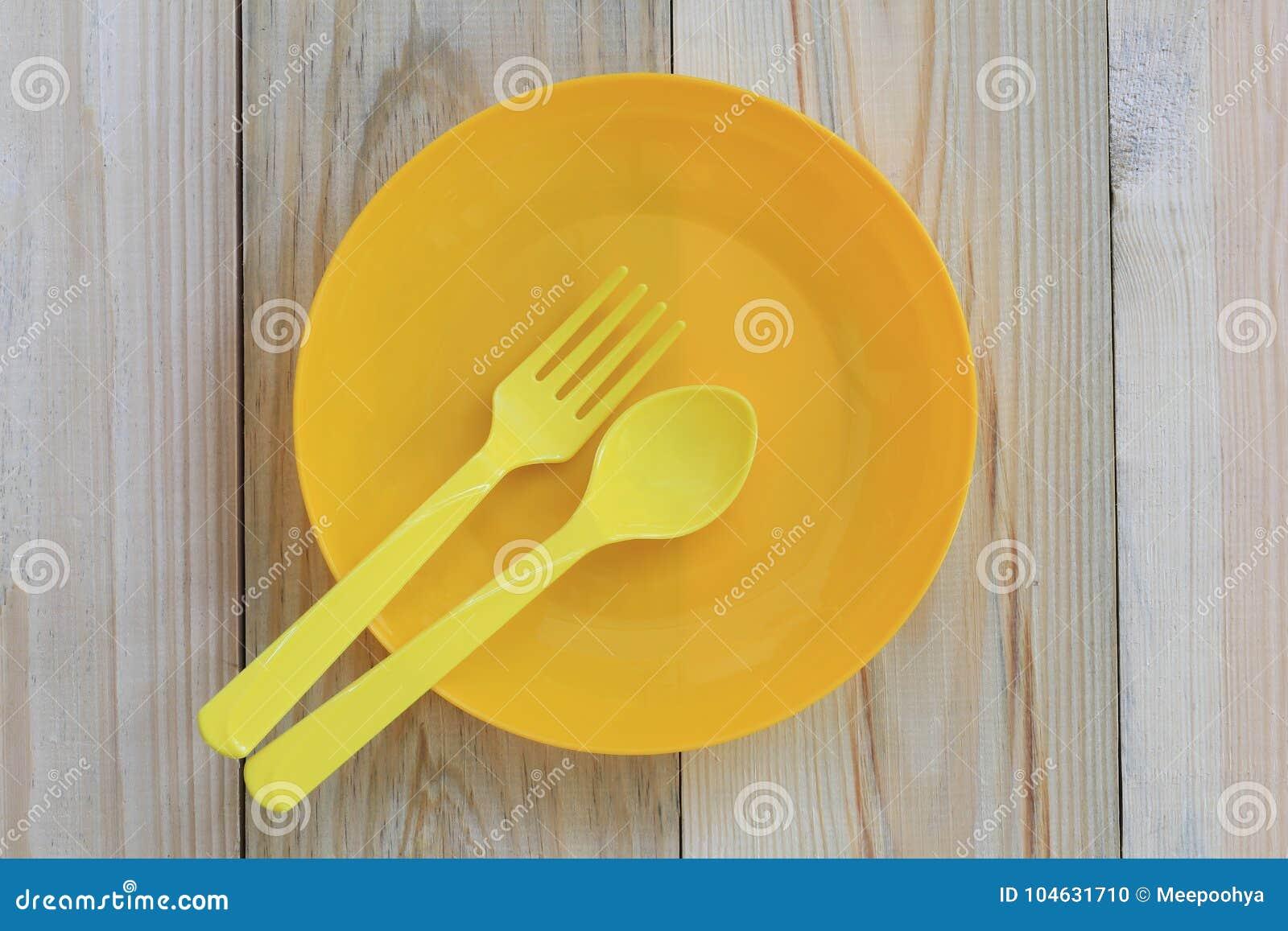 Download Lege Gele Plastic Die Schotel En Lepel Op Houten Vloer Wordt Geplaatst Stock Foto - Afbeelding bestaande uit schijf, vlak: 104631710