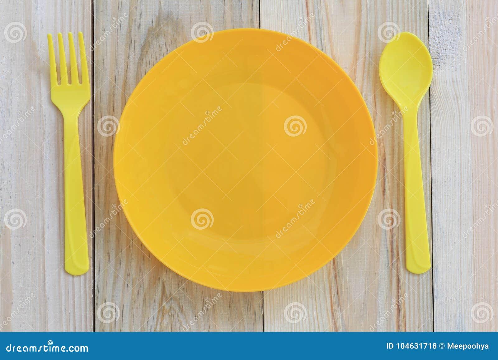 Download Lege Gele Plastic Die Schotel En Lepel Op Houten Vloer Wordt Geplaatst Stock Foto - Afbeelding bestaande uit eating, banket: 104631718