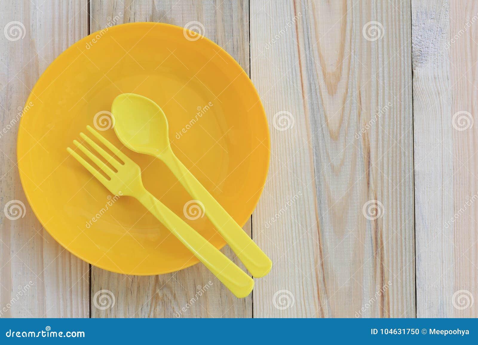 Download Lege Gele Plastic Die Schotel En Lepel Op Houten Vloer Wordt Geplaatst Stock Foto - Afbeelding bestaande uit nieuw, close: 104631750