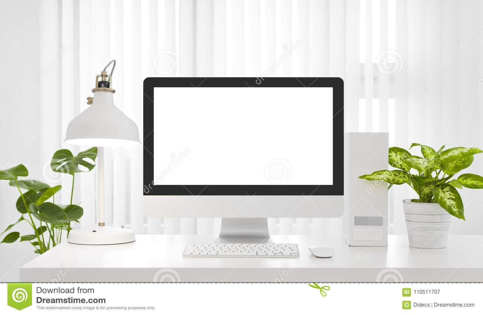 Lege het exemplaarruimte van het computerscherm in modern wit bureaumilieu
