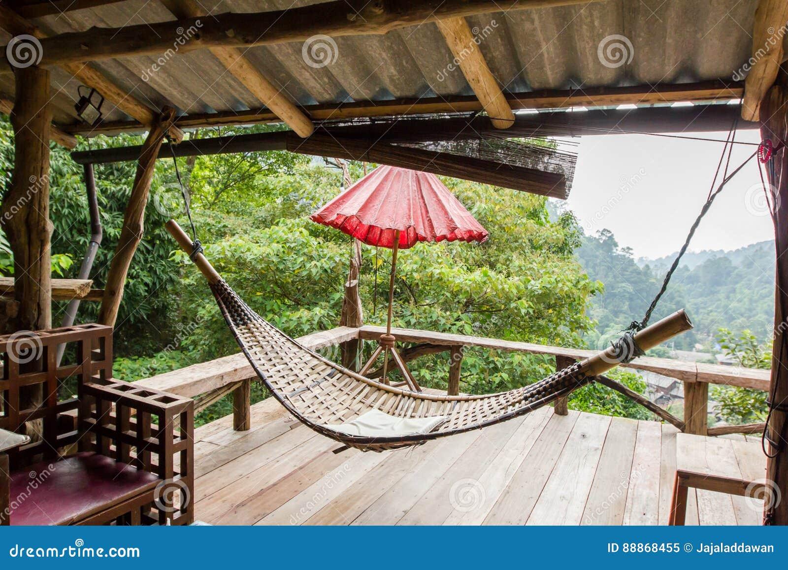 Hangmat Voor Buiten.Lege Houten Hangmat Buiten Het Terras Stock Afbeelding