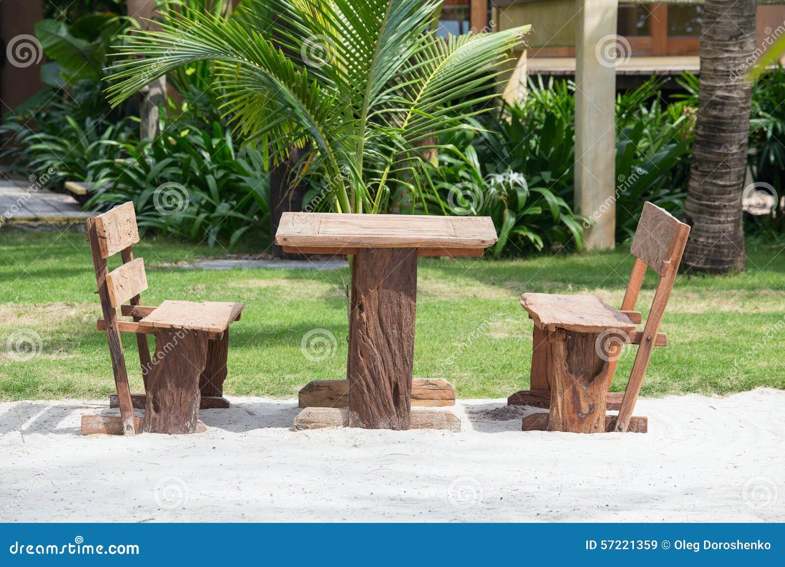 Lege houten lijst en stoelen van een strand tropische tuin dichtbij het overzees