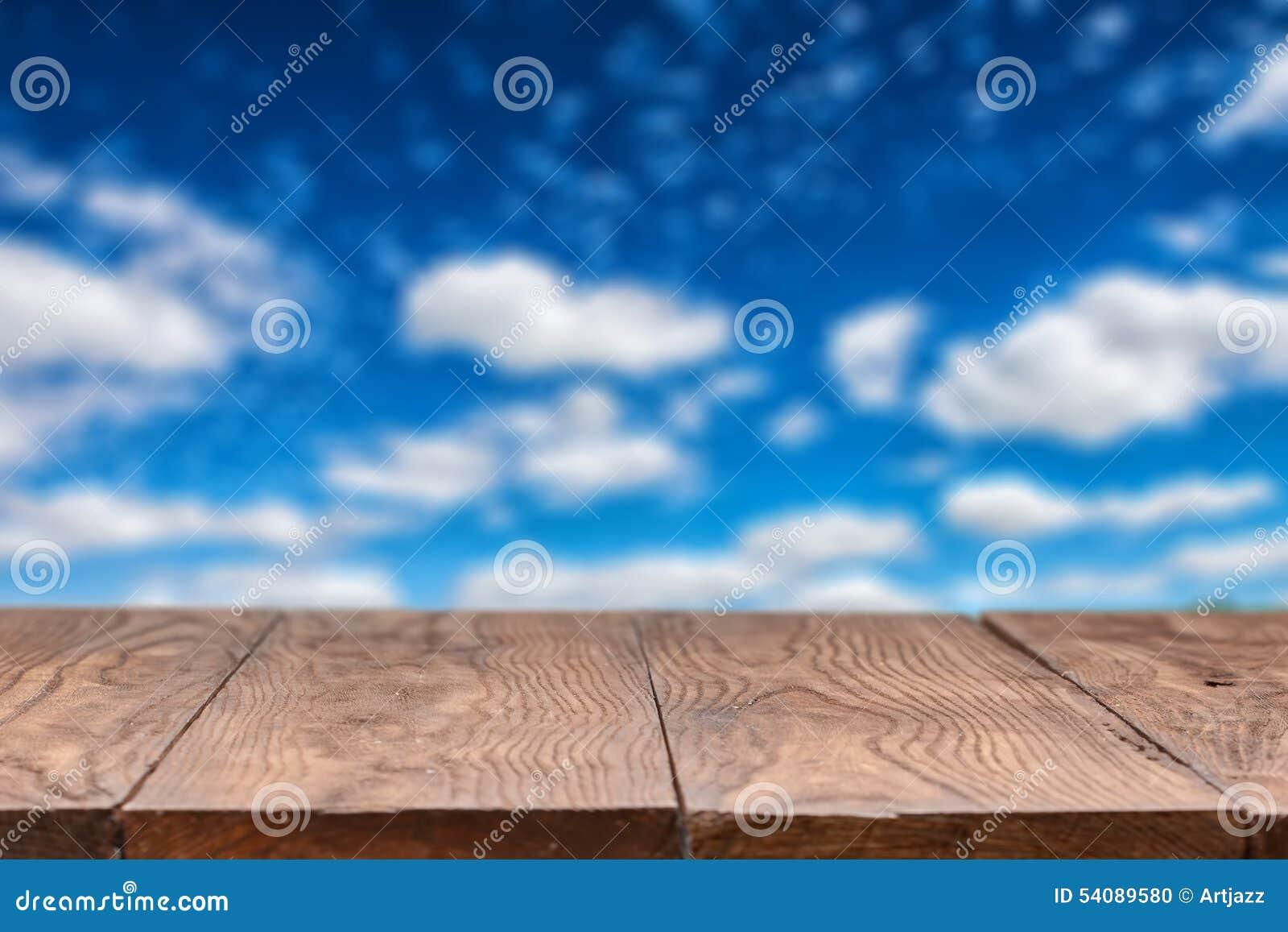 Lege houten lijst met hemel op achtergrond